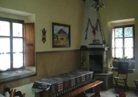 Mesa alargada del comedor junto a la chimenea