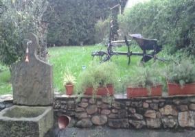 Patio exterior con zona de hierba y fuente