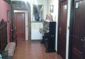Sala del alojamiento con banco y piano