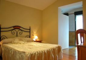 Amplio dormitorio en color cálido