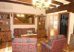 Sala de estar con sofás y butacas
