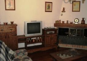 Salón en madera con chimenea cerrada