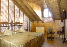 Amplio dormitorio abuhardillado