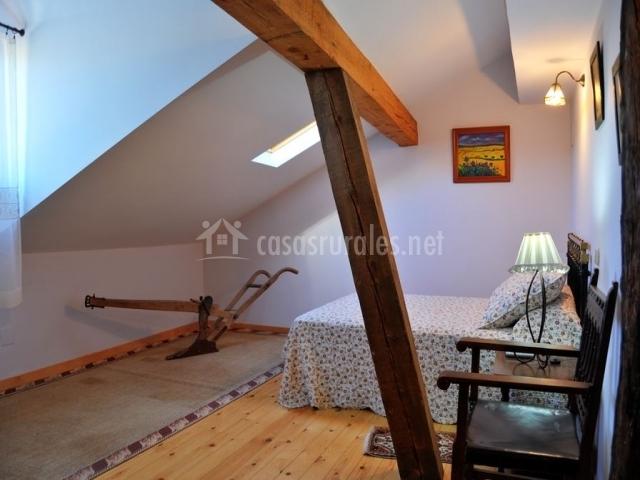 Dormitorio en primer piso con cama de matrimonio
