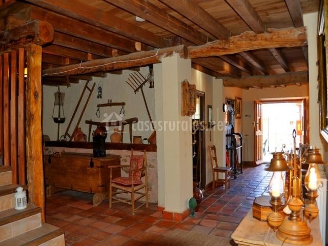Recibidor y pasillo de la casa con varios muebles y escaleras