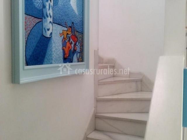 Escaleras del alojamiento con cuadro en la pared
