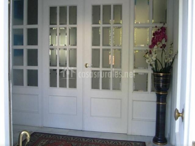 Puerta grande y blanca con cristalera