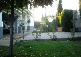 Aparcamiento privado de la casa con zona de hierba alrededor