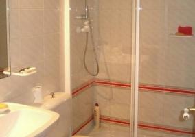 Aseo con ducha con mampara transparente