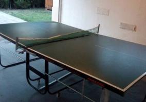 Mesa de pingpong en espacio con salida al patio