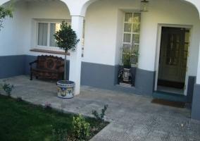 Patio trasero de la casa con baldosas y hierba
