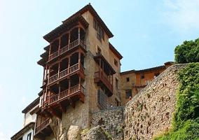 Vista de las casas colgadas de Cuenca desde abajo