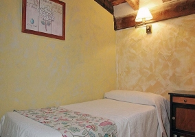 Dormitorio triple, zona con dos camas