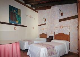 Dormitorio triple, zona con una cama