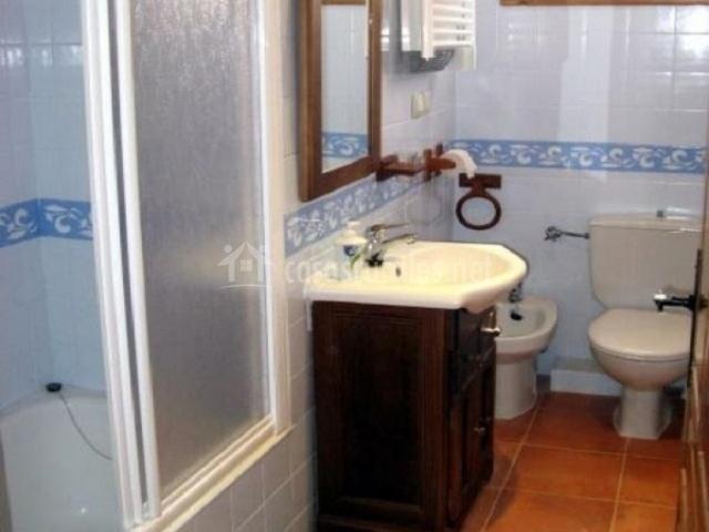 Aseo con adorno en las paredes y bañera