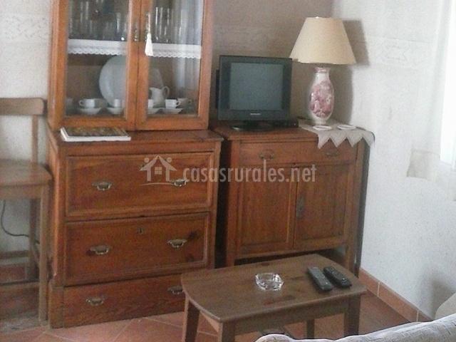 Sala de estar con televisor en mueble con puertas