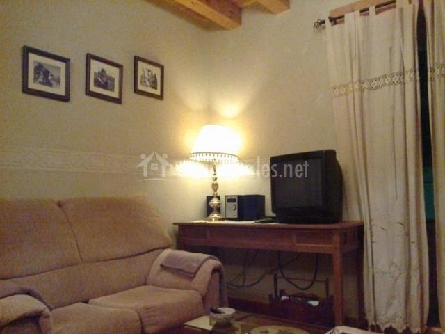 Televisor con equipo de música al lado en sala de estar