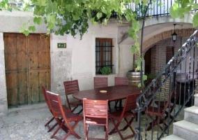 Patio con plantas y escaleras y muebles de exterior