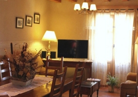 Sala de estar con televisor