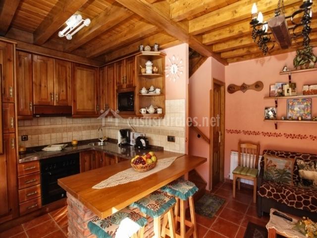 Casa rural angelita en intriago asturias for Barra americana cocina salon