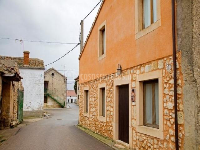 Casa lobega ii en santa marta del cerro segovia - Fachadas casas rurales ...