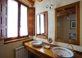 Aseo con dos lavabos en forma de cuenco y dos espejos encima