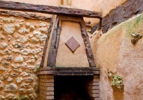 Barbacoa exterior de la casa con paredes de piedra
