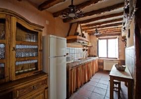 Cocina con azulejos de colores y microondas junto a la nevera
