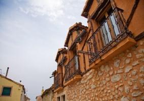 Fachada del alojameinto con piedras en los muros naranjas
