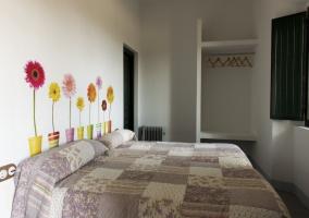 Dormitorio triple con tres camas y árbol decorativo
