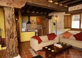 Salón cocina con protagonismo de la madera