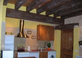 Cocina bajo vigas de madera