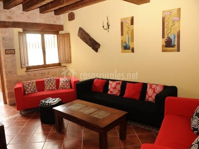 Casa las golondrinas casas rurales en valdevarnes segovia for Sofas individuales comodos