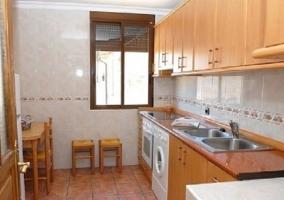 Habitación individual con tonos marrones