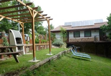 Casas rurales con barbacoa en zegama - Jardines con barbacoa ...