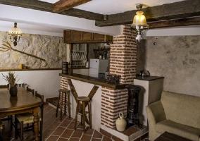 Sala de estar comedor y cocina con barra americana