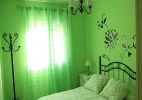 Dormitorio con cuna y amplios armarios