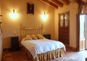 Dormitorio de matrimonio abuhardillado y con terraza