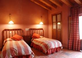 Dormitorio doble abuhardillado con dos camas