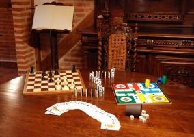 Juegos de mesa sobre la mesa redonda de la sala de estar