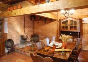 Mesa de comedor en la cocina y antiguo espacio para chimenea