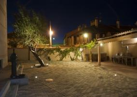 Patio por la noche con jacuzzi y una fuente