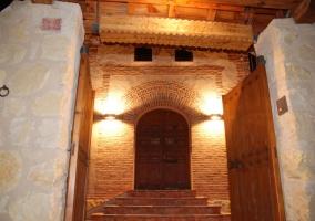 Puerta exterior abierta y entrada con escaleras a la casa