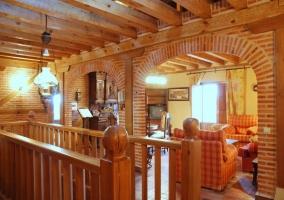Sala de estar con arcos de ladrillo y sillones