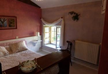 Dormitorio doble con cama grande y ventana