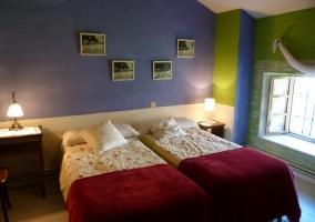 Dormitorio doble con dos camas luminoso
