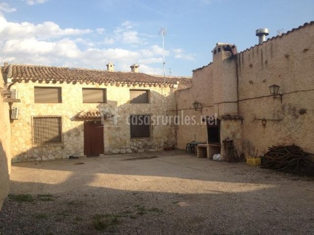 Casa rural abuelo perico en campillo de altobuey cuenca for Barbacoa patio interior