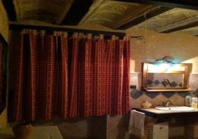 Dormitorio con dos camas y muebles de madera