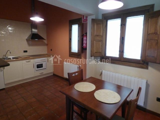 Cocina con ventanas de madera