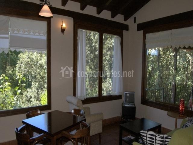Sala de estar con grandes ventanas